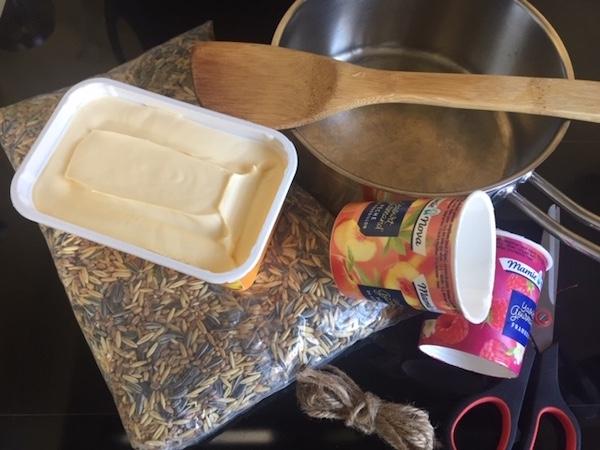 ingrédients et ustensiles pour réalisation d'une recette  pain de graines pour les oiseaux
