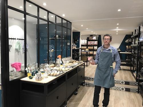 Marcel dans sa boutique Bocavrac à Rueil-Malmaison
